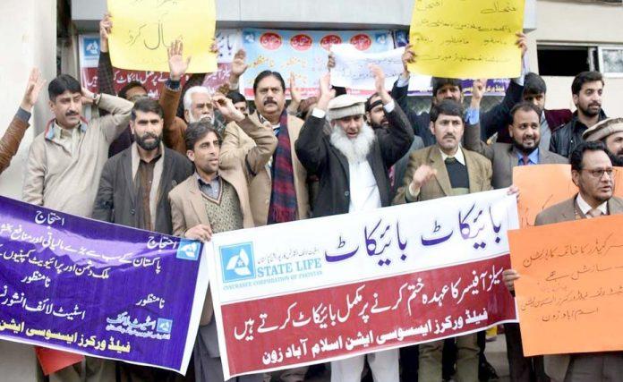 اسلام آباد ،فیلڈورکرز ایسوسی ایشن کے تحت مطالبات کے حق میں مظاہرہ کیا جارہا ہے