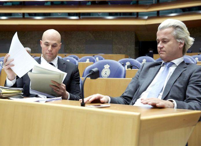ہالینڈ: نومسلم جورم وان کلیورین (بائیں) کی اسلام دشمن گیئرٹ ولڈرز کے ساتھ فائل فوٹو