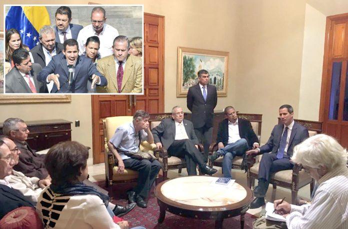 وینزویلا: خودساختہ صدر اور اپوزیشن رہنما خوان گوائیڈو سابق وزرا سے ملاقات اور پارلیمان کی عمارت کے باہر صحافیوں سے بات کررہے ہیں
