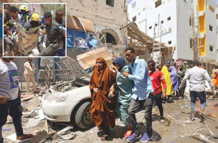موغادیشو: مصروف علاقے میں کار بم حملے کے بعد ہر طرف تباہی پھیلی ہوئی ہے' لاشوں اور زخمیوں کو منتقل کیا جارہا ہے