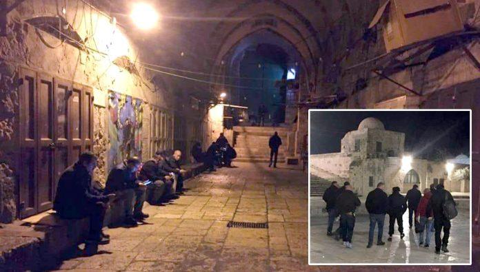 مقبوضہ بیت المقدس: مسجد اقصیٰ کے پہرے دار دن بھر جاری رہنے والی بندش کے بعد حرم قدسی کے دروازے کھلنے کا انتظار کررہے اور اجازت ملنے کے بعد احاطے میں گھوم رہے ہیں