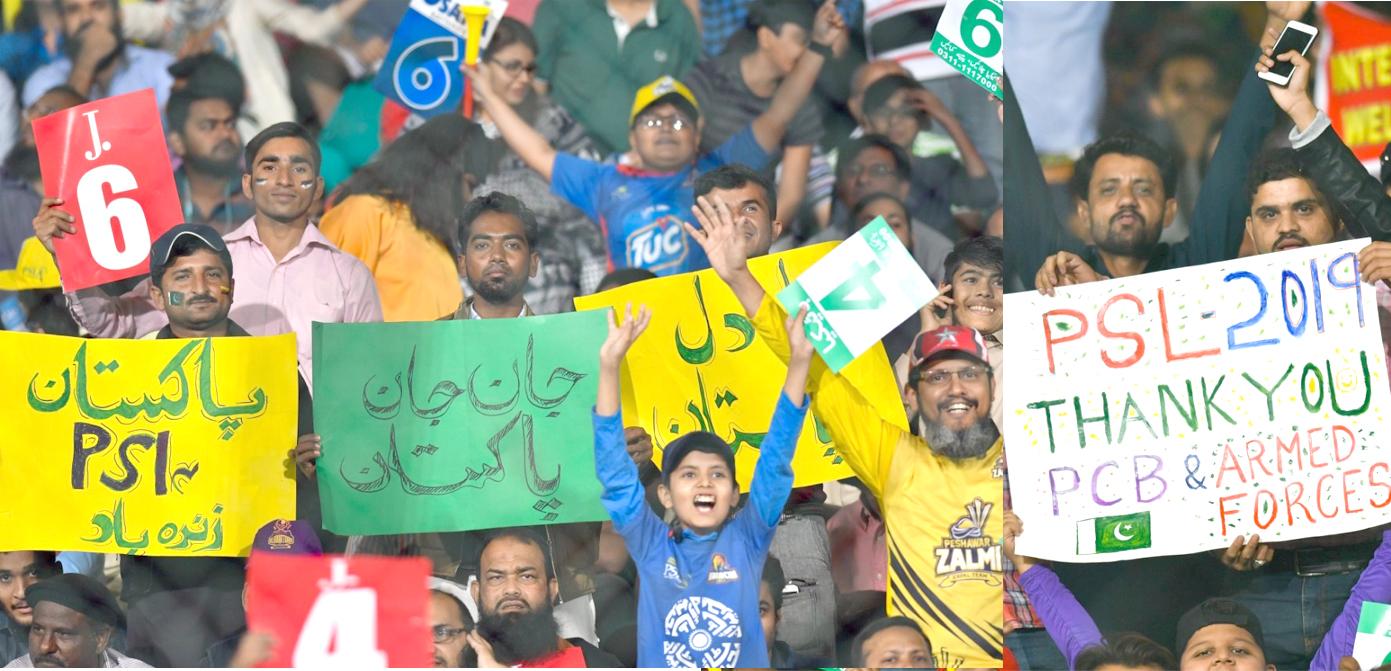 کراچی نیشنل اسٹیڈیم میں اسلام آباد اور کراچی کنگز کے درمیان کھیلے گئے میچ کے دوران شائقین خیر مقدمی بینر اٹھائے کھڑے ہیں