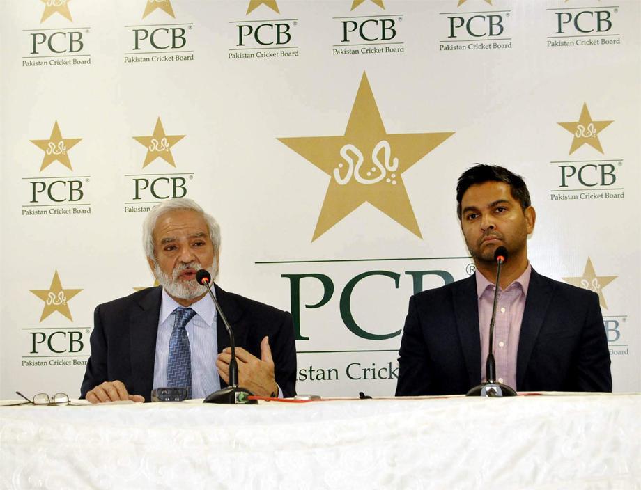 کراچی، پی سی بی چیئرمین احسان مانی نیشنل اسٹیڈیم میں پریس کانفرنس کررہے ہیں