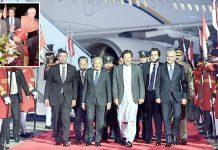 روالپنڈی : عمران خان ملائیشیا کے وزیر اعظم مہاتیر محمدکا استقبال کررہے ہیں چھوٹی تصویر میں ایک بچہ پھول پیش کر رہا ہے