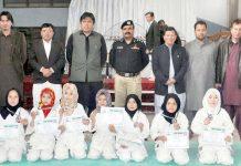کوئٹہ: رکن صوبائی اسمبلی قادرنائل اور ایس ایس پی ٹریفک کا یوم پاکستان اسپورٹس تقریب کے موقع پرکھلاڑیوں کے ساتھ گروپ فوٹو