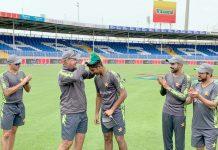 شارجہ :پاکستان کرکٹ ٹیم کے ہیڈ کوچ مکی آرتھر،محمدحسنین کو ون ڈے کیپ پہناتے ہوئے