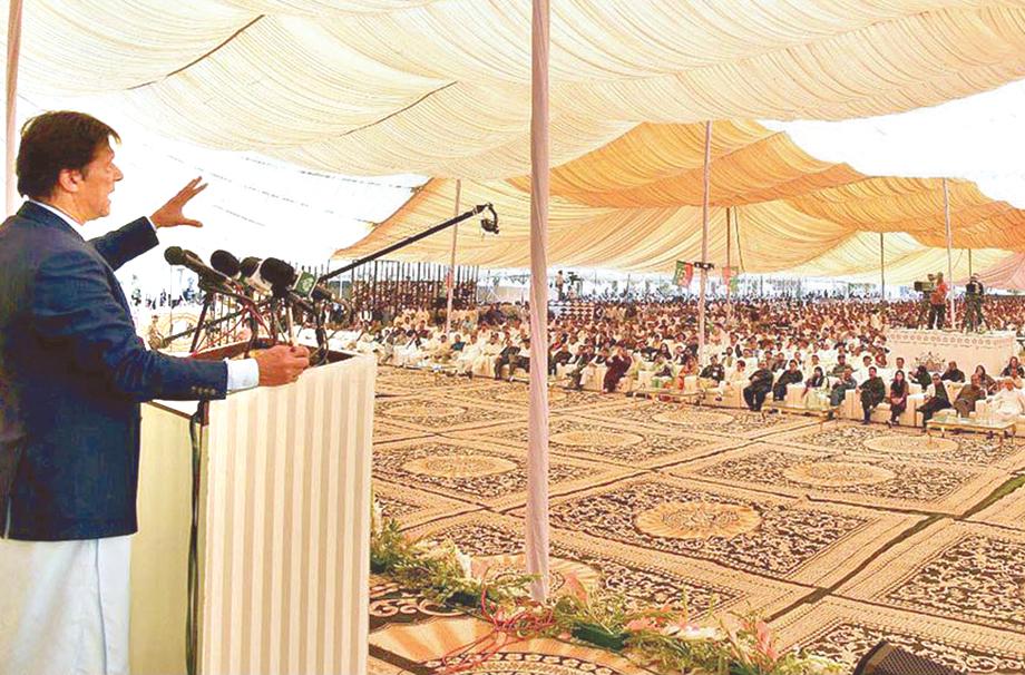 گھوٹکی: وزیراعظم عمران خان جلسے سے خطاب کررہے ہیں