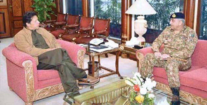 اسلام آباد:پاک فوج کے سربراہ جنرل قمر باجوہ وزیراعظم عمران خان سے ملاقات کررہے ہیں