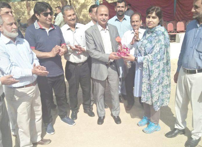 ڈی جے سائنس کالج میں اسپورٹس ڈے کرکٹ میچ کا افتتاح کرنے کے بعد پروفیسر سلیم غوری کو گلدستہ پیش کیاجارہاہے