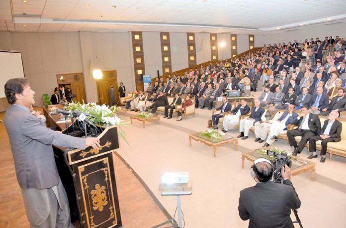 اسلام آباد: وزیر اعظم عمران خان آن لائن ویزا سسٹم کی افتتاحی تقریب سے خطاب کررہے ہیں