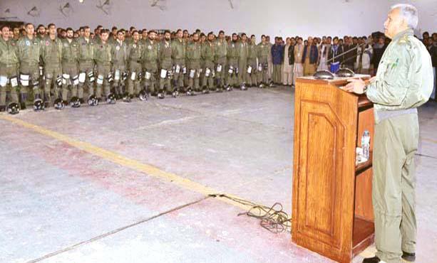 اسلام آباد:پاک فضائیہ کے سربراہ مجاہد انور آپریشن بیس کے دورے پر شاہینوں سے خطاب کررہے ہیں