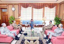 اسلام آباد: وزیراعظم عمران خان سے چیئرمین جوائنٹ چیفس آف اسٹاف کمیٹی سمیت تینوں فوجی سربراہان ملاقات کررہے ہیں