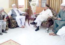 کراچی، جماعت اسلامی پاکستان کے قائم مقام امیر لیاقت بلوچ، مفتی تقی عثمانی سے ملاقات کررہے ہیں، حافظ نعیم الرحمن ودیگر بھی موجود ہیں