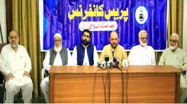 نائب امیر جماعت اسلامی کراچی اسامہ رضی رکن سندھ اسمبلی سید عبدالرشید کے ساتھ ہنگامی پریس کانفرنس کررہے ہیں