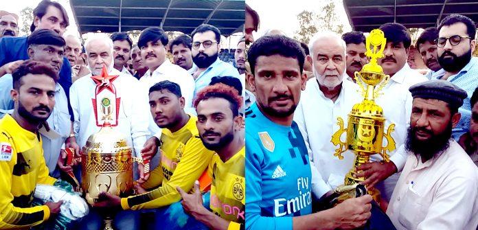 میرپورخاص: صوبائی وزیر ہری رام کشوری لال سندھ کشوری سپر کپ فٹبال ٹورنامنٹ کے اختتام پر فاتح اوررنراپ ٹیموں کے کپتان کو ٹرافی دیتے ہوئے