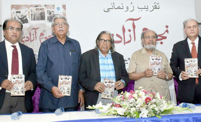 آرٹس کونسل میں مصنف سید سعید احمد کی کتاب ''نجوم آزادی''کی تقریب رونمائی میں سحر انصاری و دیگر کا گروپ فوٹو