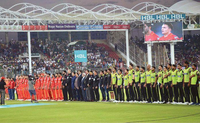 کراچی: پی ایس ایل فور کے پاکستان میں پہلے میچ کے دوران نیشنل اسٹیڈیم میں قومی ترانے کے دوران کھلاڑی احتراما کھڑے ہیں