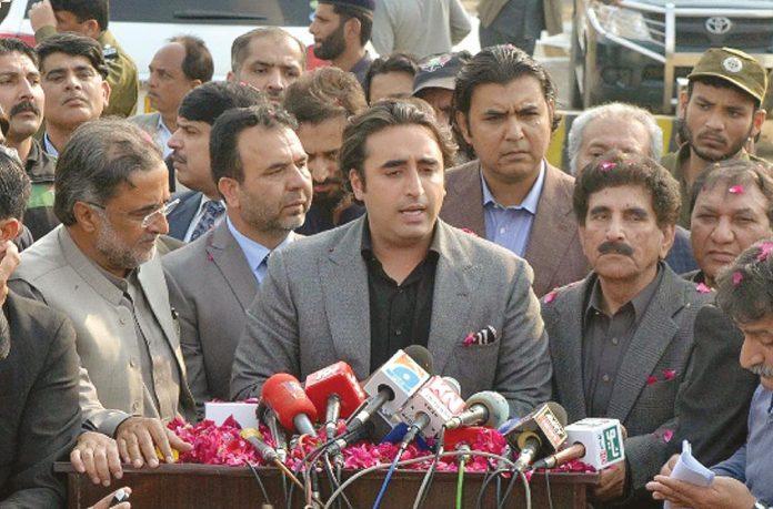لاہور: پیپلزپارٹی کے چیئرمین بلاول زرداری نواز شریف سے ملاقات کے بعد میڈیا سے گفتگو کررہے ہیں