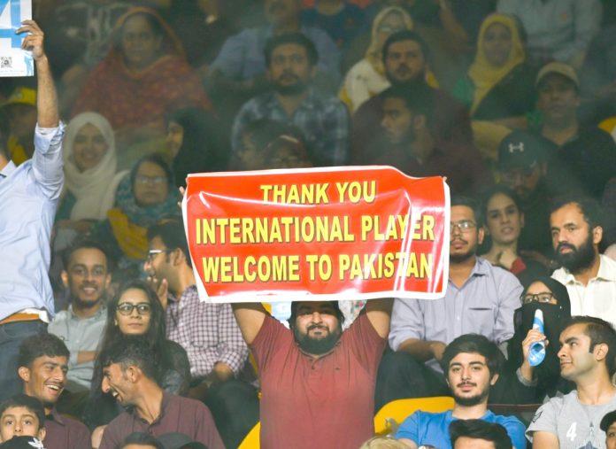 نیشنل اسٹیڈیم کراچی میں شائقین غیر ملکی کرکٹرز کو پاکستان آمد پر خوش آمدید کہتے ہوئے