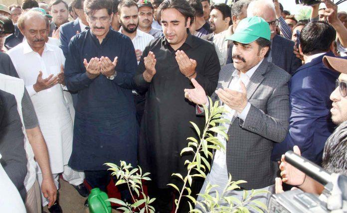 کراچی: پیپلزپارٹی کے چیئرمین بلاول زرداری بے نظیر بھٹو پارک میں پودا لگانے کے بعد دعا مانگ رہے ہیں