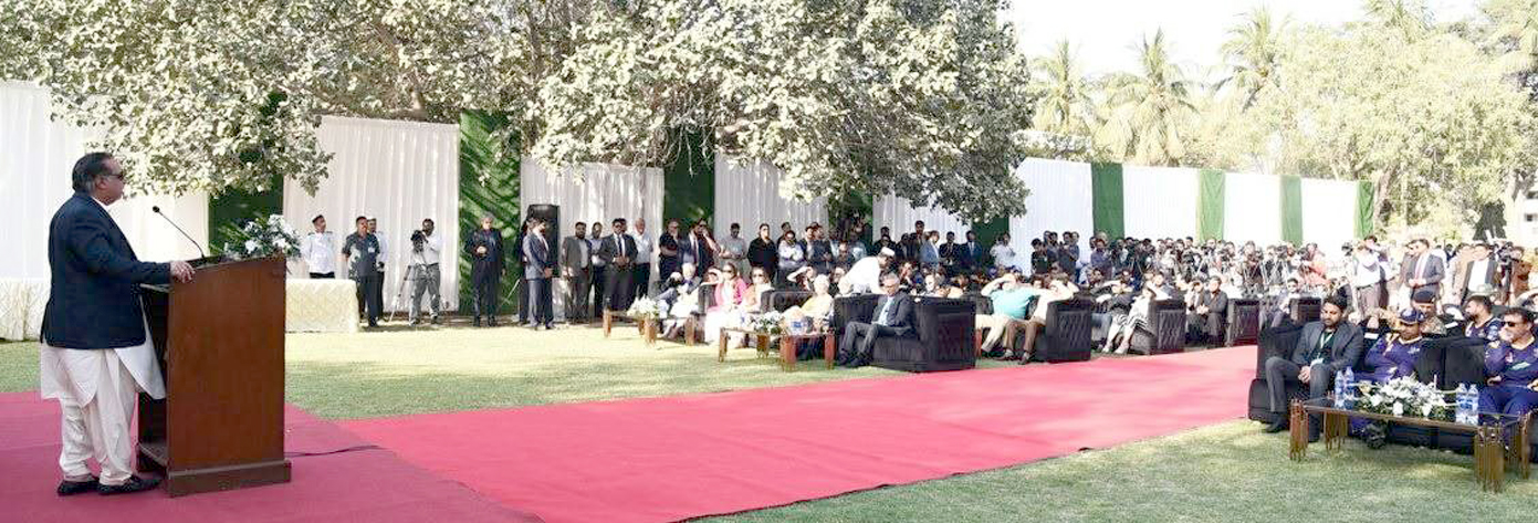 کراچی: گورنر سندھ کی جانب سے پاکستان سپر لیگ کی ٹیموں کے اعزاز میں دیے گئے استقبالیے سے عمران اسماعیل خطاب کررہے ہیں