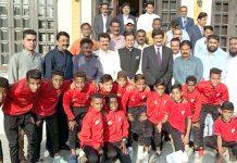 وزیراعلیٰ سندھ سید مراد علی شاہ کے ساتھ قطر میں شاندار کارکردگی دکھانے والے والے ننھے فٹبالراور کوچ کا لیاگیا گروپ فوٹو