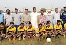 آل پاکستان فٹبال ٹورنامنٹ ،مہمان خصوصی محمد عدیل پاکستان سول ایوی ایشن کے اسپورٹس منیجرکا سوئی سدرن گیس کے ساتھ گروپ فوٹو