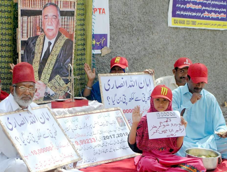 حیدر آباد : دادو کے رہائشی کاشتکار مطا لبات کی منظوری کے لیے احتجاج کر رہے ہیں