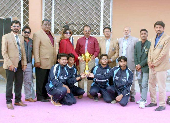 سندھ کالج گیمز میرپورخاص کے اختتام پر کھلاڑیوں کا ٹرافیاں وصول کرنے کے بعد مہمان خصوصی ڈائریکٹر کالجزحیدرآباد و میرپورخاص ڈاکٹر عبدالحمید چنڑ ،پروفیسر میرچند اوڈودیگرکے ساتھ گروپ فوٹو