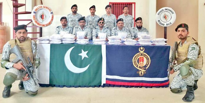 پاکستان میری ٹائم سیکورٹی ایجنسی کے افسران پکڑی گئی منشیات میڈیاکودکھارہے ہیں