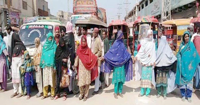 جیکب آباد،گیس کی بندش کے خلاف خواتین گیس دفتر کے سامنے احتجاج کررہی ہیں