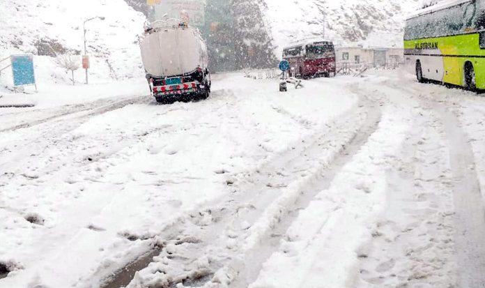 بلوچستان کی ایک شاہراہ پر شدید برف باری کے باعث گاڑیاں پھنسی ہوئی ہیں