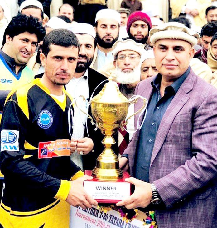 لنڈی کوتل: سینیٹر الحاج تاج محمد آفریدی مقامی فٹبال ٹورنامنٹ کی ٹرافی شمع کرکٹ کلب کے کپتان کو دیتے ہوئے