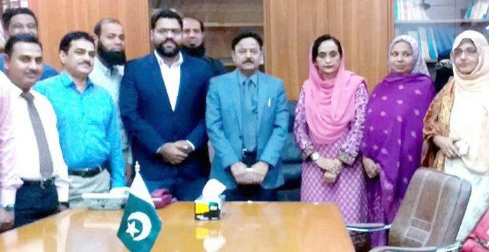 چیئرمین کراچی پرائیویٹ اسکولز فیڈریشن کے وفد کی پروفیسر سعیدالدین سے ملاقات کے موقع پر گروپ فوٹو