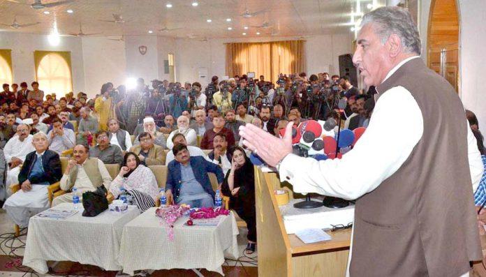 ملتان : وزیر خارجہ شاہ محمود قریشی تقریب سے خطاب کررہے ہیں