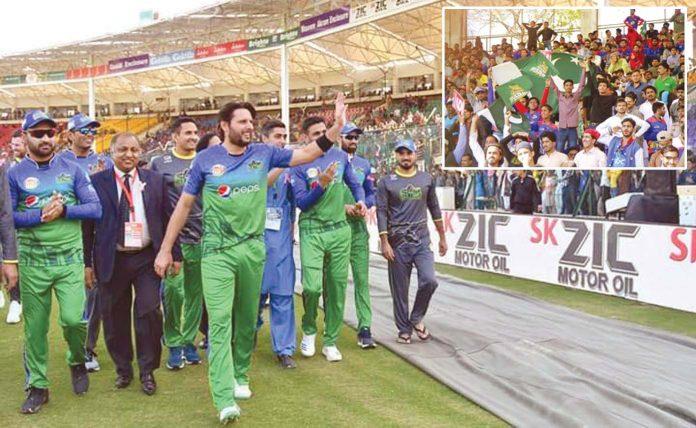 کراچی: شاہد آفریدی ٹی 20کا آخری میچ کھیلنے کے بعد ٹیم کے ساتھ میدان کا الوداعی چکر لگا رہے ہیں