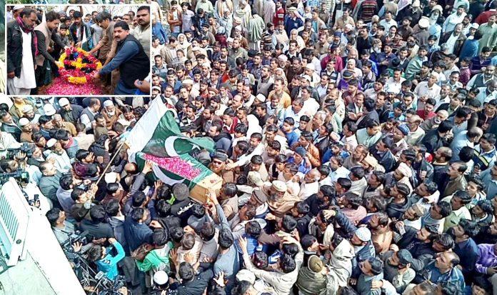 ڈسکہ:بھارتی جیل میں قتل ہونے والے شاکراللہ کی نمازجنازہ آبائی گاؤں میں ادا کی جارہی ہے، چھوٹی تصویر میں قبر پر پھول چڑھائے جا رہے ہیں