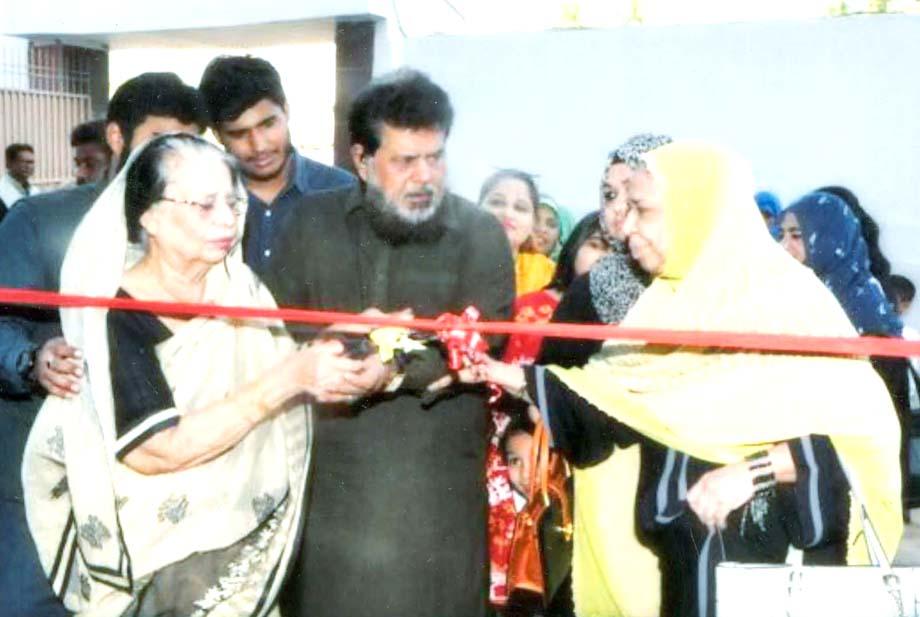 احسن آباد:کنیزفاطمہ اپنے صاحبزادے آصف مشتاق کے ساتھ مشتاق میڈیکل سینٹرکاافتتاح کررہی ہیں