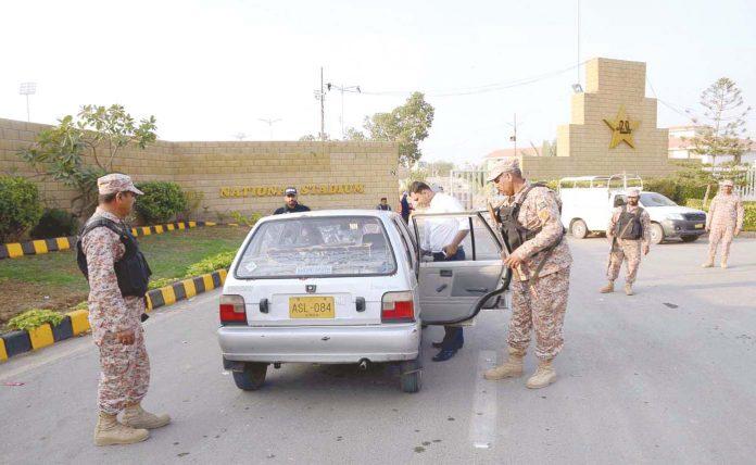 کراچی: رینجرز اہلکار نیشنل اسٹیڈیم میں داخل ہونے والی گاڑی کی تلاشی لے رہے ہیں