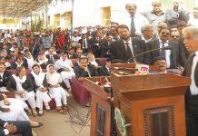 کراچی بار ایسوسی ایشن کی جانب سے احتجاجی جلسے سے قانون دان علی احمد کرد خطاب کررہے ہیں