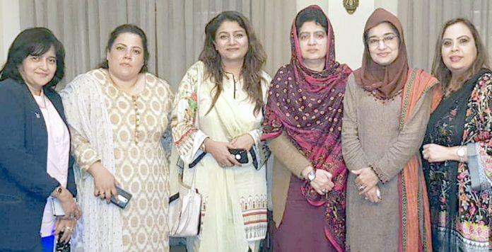 عورتوں کے عالمی دن کے موقع پر عافیہ موومنٹ کی سربراہ ڈاکٹر فوزیہ صدیقی کا سابق اسپیکر بلوچستان اسمبلی راحیلہ درانی و دیگر کے ساتھ گروپ فوٹو