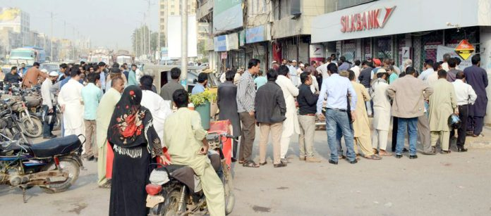 سندھ حکومت کی جانب سے سستی رہائشی اسکیم کے فارم حاصل کرنے کے لیے شہری لائن لگائے ہوئے ہیں