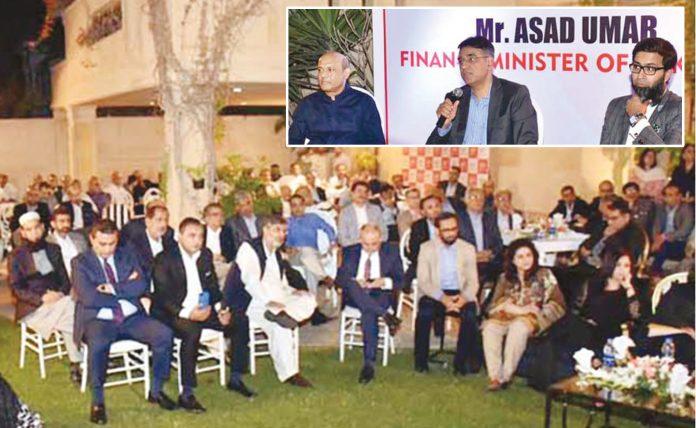 کراچی: وفاقی وزیر خزانہ اسد عمر تقریب سے خطاب کررہے ہیں