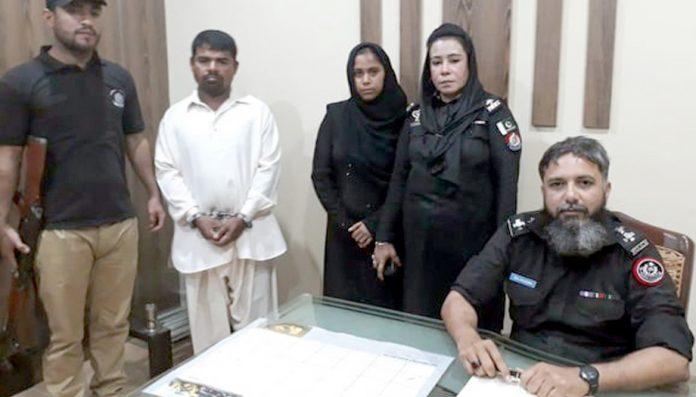 شوہرکے قتل میں ملوث ملزمہ ساتھی ملزم کے ساتھ پولیس کی حراست میں