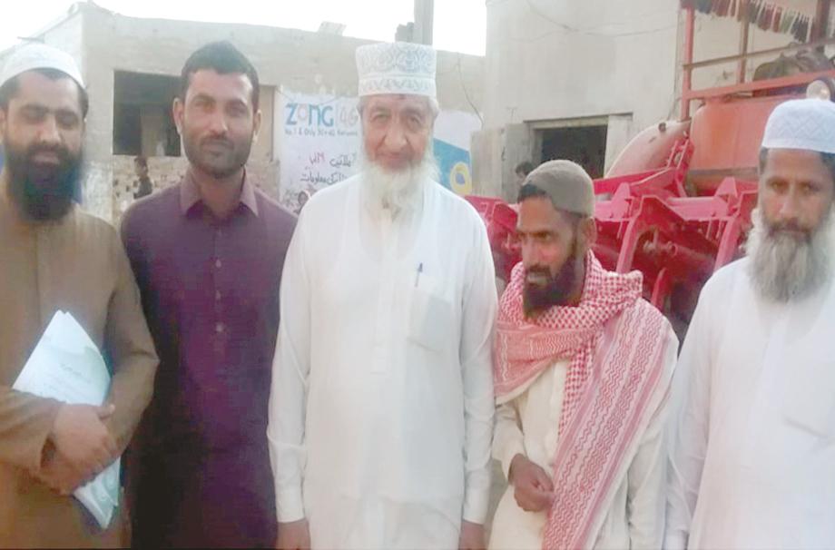 بدین: امیر جماعت اسلامی سندھ محمد حسین محنتی رابطہ مہم کے سلسلے میں بازار کا دورہ کررہے ہیں