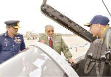 راولپنڈی:ملائیشین وزیراعظم مہاتیر محمد نورخان بیس پرجے ایف17تھنڈرطیارے کا معائنہ کررہے ہیں