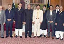 گورنر سندھ عمران اسماعیل کا سول ایوارڈز حاصل کرنے والوں کے ہمراہ گروپ فوٹو۔ اِس موقع پر چیف سیکرٹری سندھ سید ممتاز علی شاہ بھی موجود ہیں
