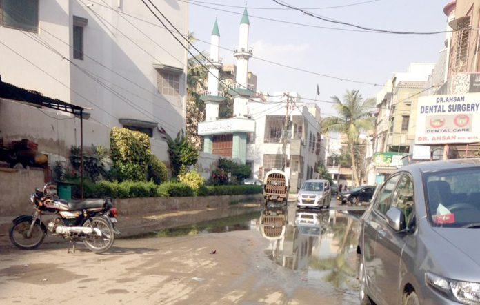 گلستان جوہر: دارالصحت اسپتال اور مسجد عثمان غنیؓ کے سامنے سڑک پر گٹر کا پانی جمع ہے