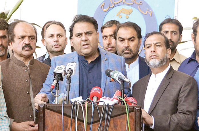 لاہور:وفاقی وزیر اطلاعات فواد چودھری میڈیا سے گفتگو کررہے ہیں