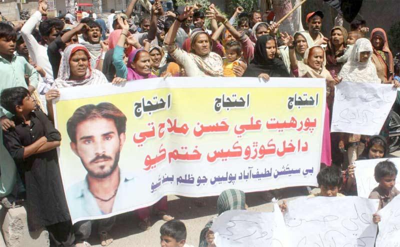 حیدرآباد،لطیف آباد کے رہائشی پولیس گردی کے خلاف پریس کلب کے سامنے احتجاج کررہے ہیں